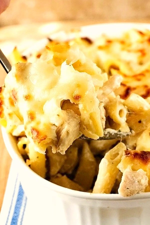 Cheesy Chicken Alfredo Pasta Bake a Cheesy Chicken Alfredo Pasta Bake