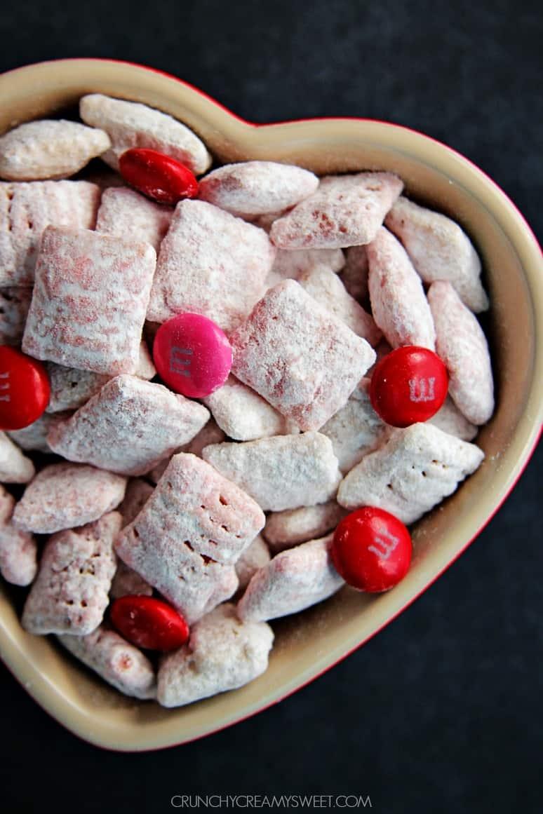 White Chocolate Strawberry Valentines Day Puppy Chow from @crunchycreamysw Valentines Day Puppy Chow + Free Printable